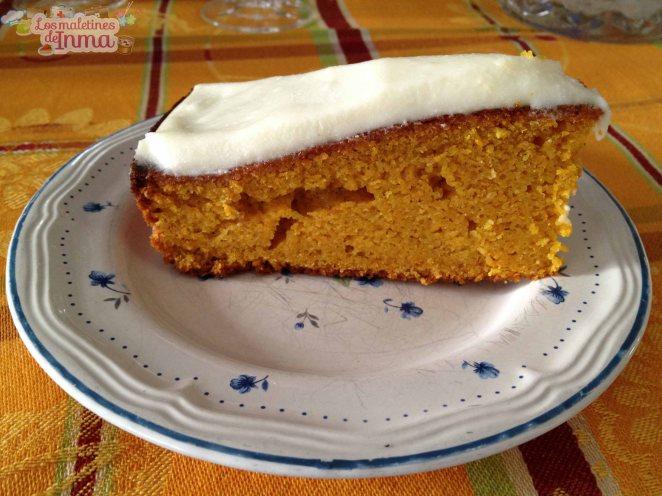 Corte tarta zanahoria y almendras